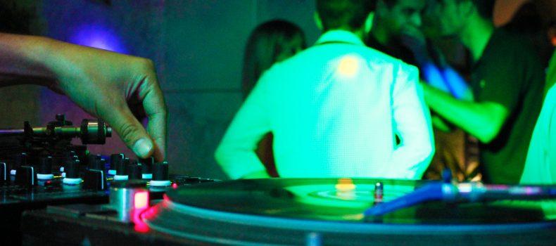 ¿CUÁNTO DEBE COBRAR UN DJ POR SU TRABAJO?